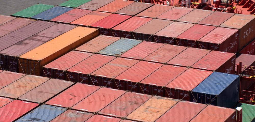 Urban gravity in the global container shipping network